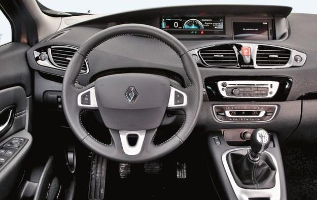 Stylizacja wnętrza jest rozwinięciem projektu znanego z poprzedniej generacji modelu. Ergonomia już wcześniej nie budziła zastrzeżeń. Tu producent dopracował jakość montażu. Na rynku dominują dobrze wyposażone wersje – wiele aut ma nawigację. /Motor