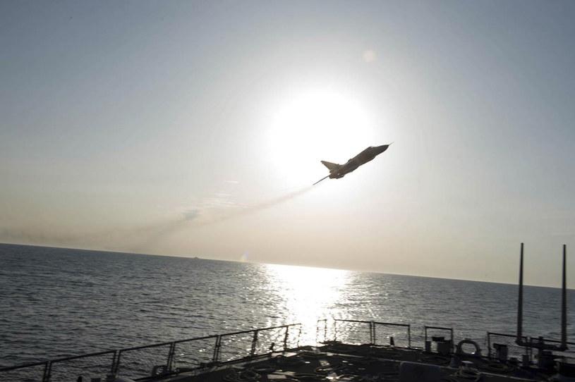 Su-24 pozoruje atak na amerykański okręt /Agencja FORUM