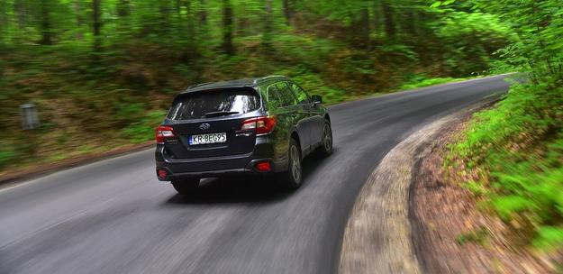 Subaru w zakrętach wyraźnie się przechyla, ale mimo to pokonuje je pewnie. /Motor