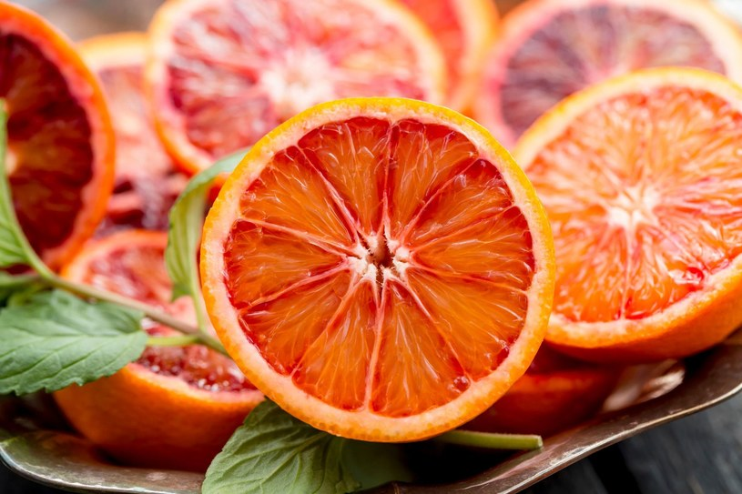 Substancje zawarte w czerwonych pomarańczach wspomagają odchudzanie /123RF/PICSEL
