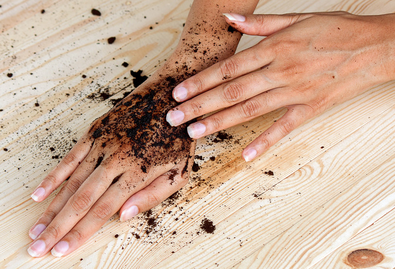 Suchą skórę też należy złuszczać, ale trzeba dobrać odpowiednie, delikatne produkty /123RF/PICSEL