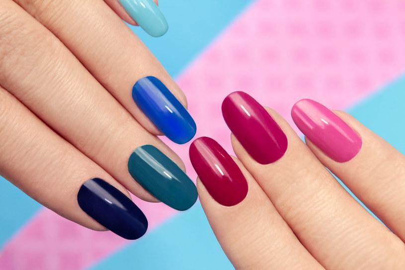 Suche skórki i łamliwe paznokcie to problem wielu kobiet /123RF/PICSEL