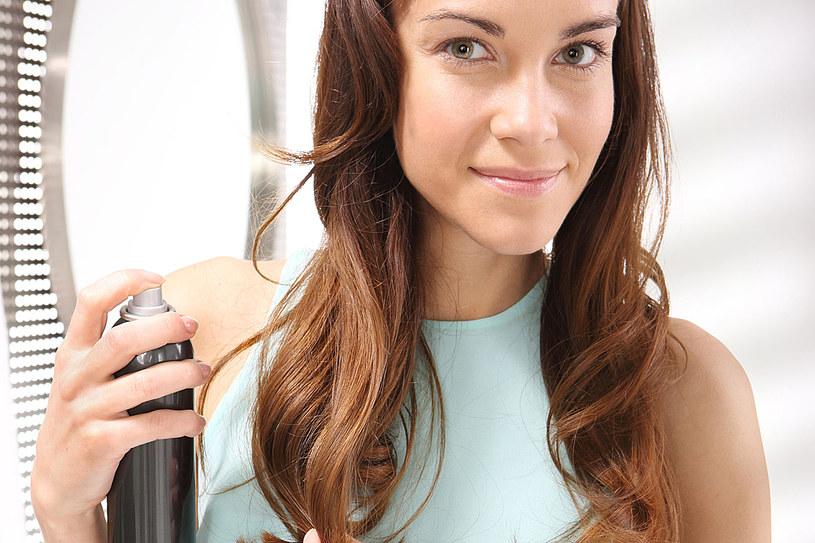 Suche szampony bywają w sprayu lub w pudrze. Bardziej poręczny i wygodniejszy jest w sprayu, ale zazwyczaj zawiera wysuszający alkohol /123RF/PICSEL