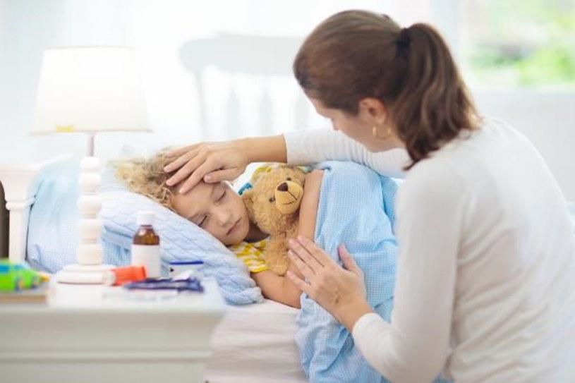 Suchy kaszel jest dla dziecka bolesny i męczący, a w dodatku utrudnia zasypianie /123RF/PICSEL
