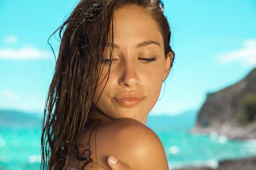 suchy szampon - niezbędnik na wakacje /materiały prasowe