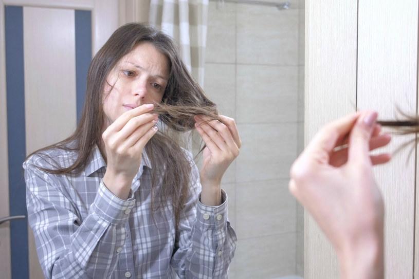 Suchy szampon pomoże uratować sytuację, gdy nie masz możliwości umyć włosów /123RF/PICSEL