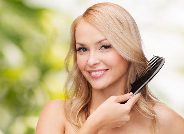 Suchym szamponem spryskuje się włosy u nasady /123RF/PICSEL