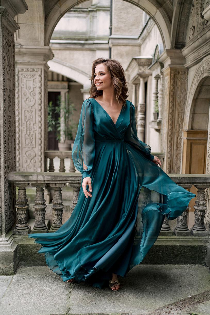 Sukienka na rozmaite, wyjątkowe okazje jest długa do ziemi /materiały promocyjne