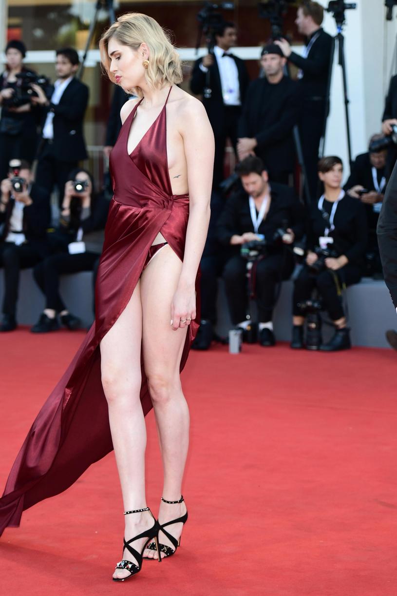 Sukienka odsłoniła jej bieliznę /East News
