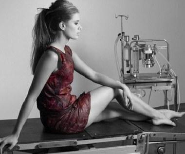 Sukienka w całości składająca się z bakterii
