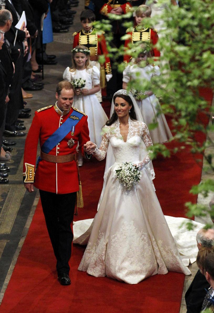 Suknia księżnej Kate łączyła jedwabną satynę w kolorach bieli i kości słoniowej /AFP /East News