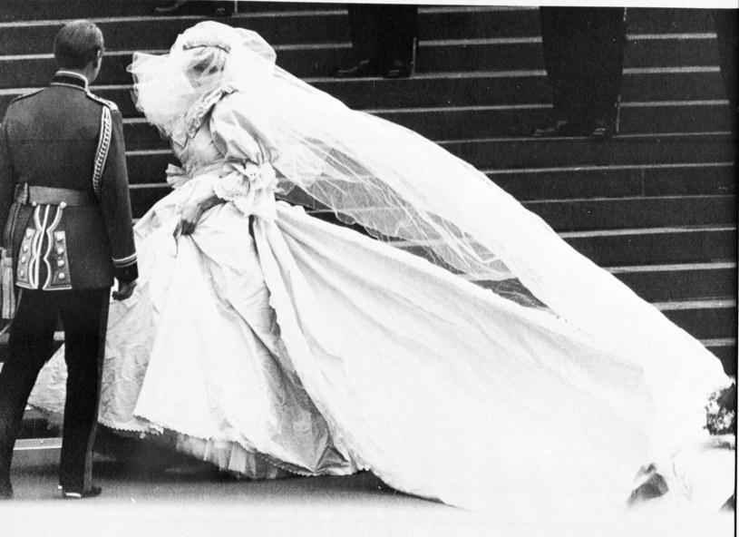 Suknia ślubna Lady Diany budzi emocje po dziś dzień /Associated Press /East News