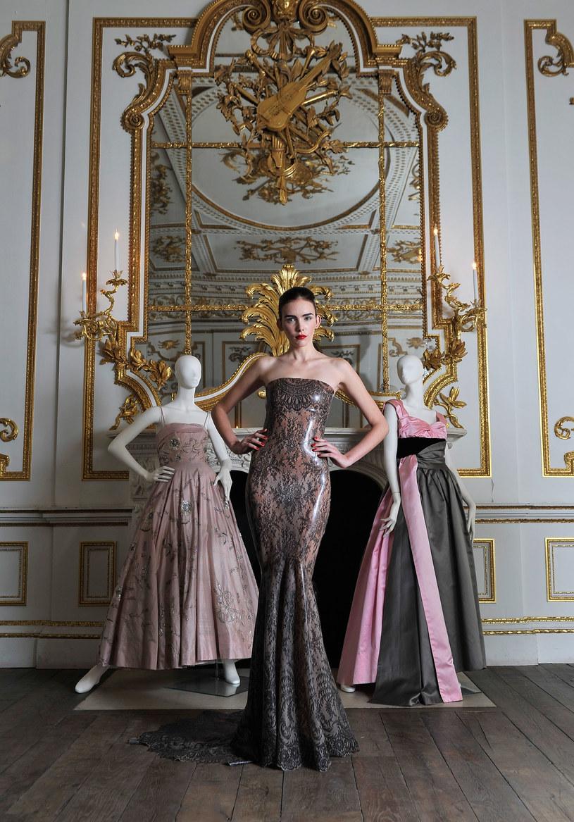 Suknię Atsuko Kudo prezentuje znana brytyjska modelka Georgia Frost, obok kreacje domów mody Hardy Amies i Worth. Takie rzeczy tylko w londyńskim V&A Museum /Getty Images