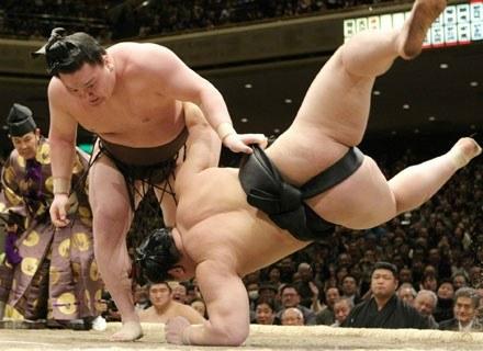 Sumo leży na macie. Czy się podniesie? Na zdjęciu: Hakuho rzuca Asashoryu. Tokio, 27 stycznia 2008 /AFP