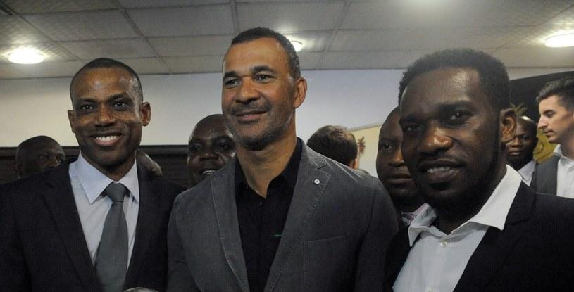 Sunday Oliseh (pierwszy z lewej) obok Ruuda Gullita i Augustine Okochy /AFP