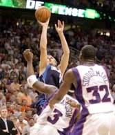 Suns - Mavs 106:108. Dirk Nowitzki zdobywa decydujące punkty na 6,8 s przed końcem /AFP