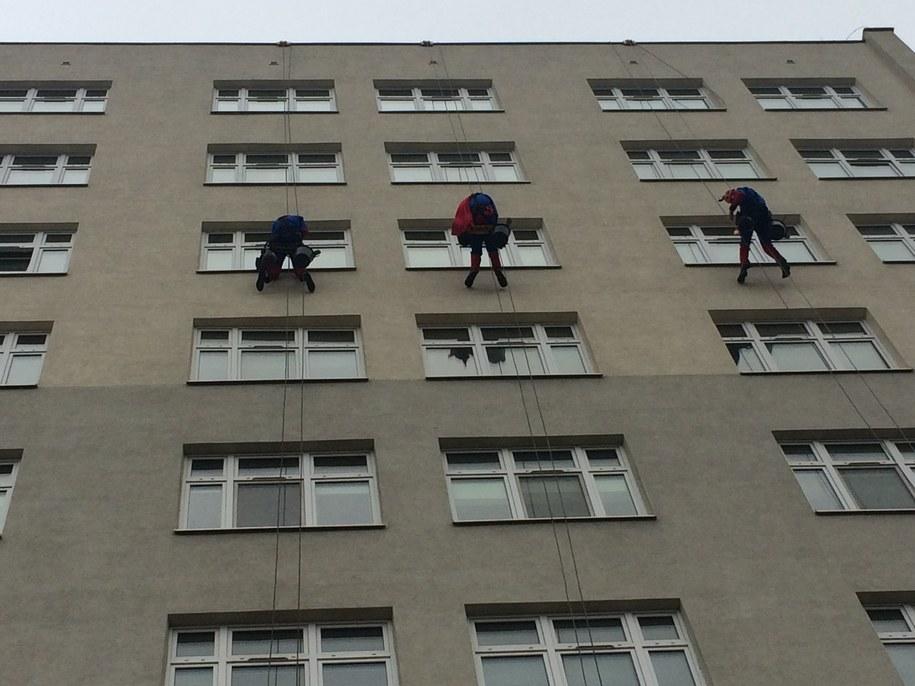 Superbohaterowie myjący szyby GCZD /Anna Kropaczek /RMF FM