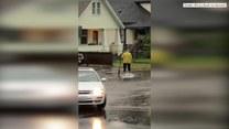 Surfing w czasie powodzi? Ta kobieta miała dużo fantazji