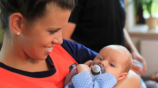 Surogatka od początku obdarzy swoje dziecko miłością i zgodzi się oddać niemowlę tylko w ręce Martyny. /www.nadobre.tvp.pl/