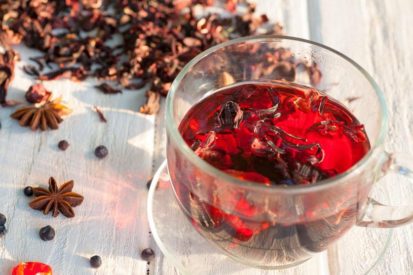 Surowcem odżywczym i leczniczym hibiskusa są jego kwiaty, to z nich możemy przygotować napar /123RF/PICSEL