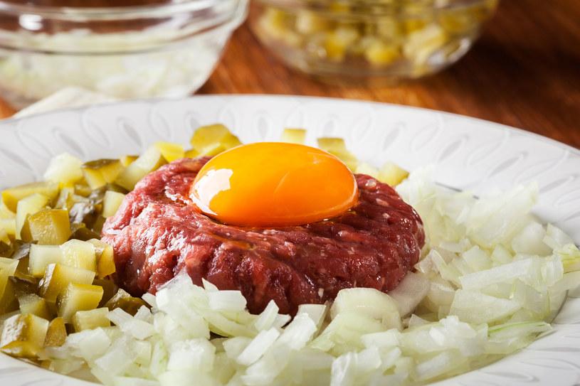 Surowe mięso i jajko to wymarzone warunki dla salmonelli /123RF/PICSEL