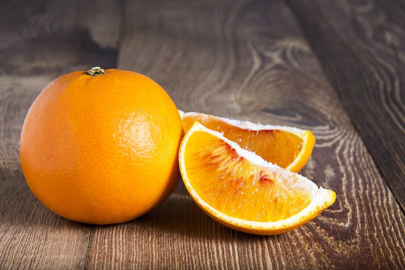 Surowe pomarańcze są pysznym składnikiem sałatek zarówno tych słodkich, owocowych, jak i wytrawnych /123RF/PICSEL
