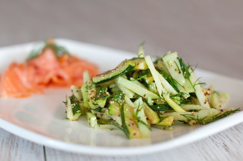 Surówka z kalarepy i zielonego ogórka w słodko-kwaśnym sosie chińskim idealnie komponuje się z łososiem /123RF/PICSEL
