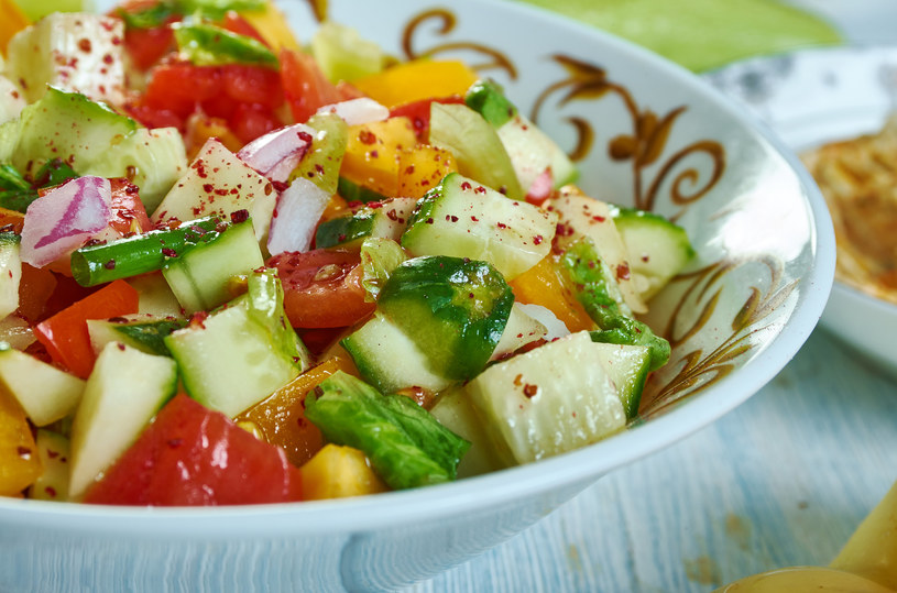 Surówka z papryki, ogórka i pomidora /123RF/PICSEL