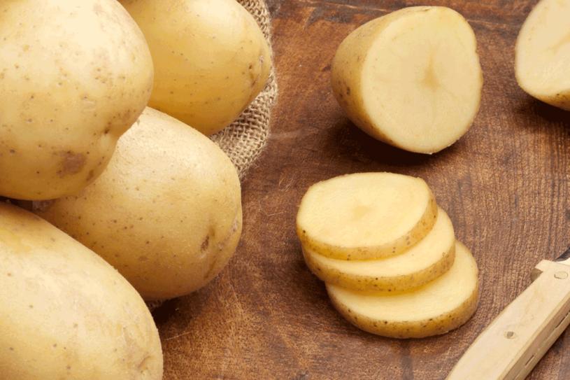 Surowy ziemniak pomoże na cienie pod oczyma /123RF/PICSEL