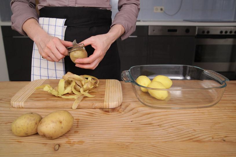 Surowym ziemniakiem z powodzeniem możemy obłożyć ukąszone miejsce. Z pewnością szybko przyniesie ulgę. /123RF/PICSEL