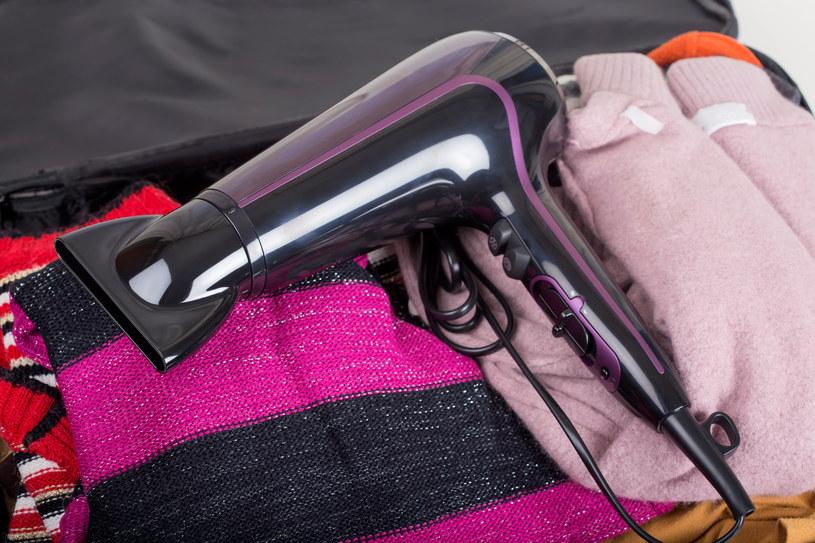 Suszarka do włosów pomoże pozbyć się wilgoci z ubrań /123RF/PICSEL