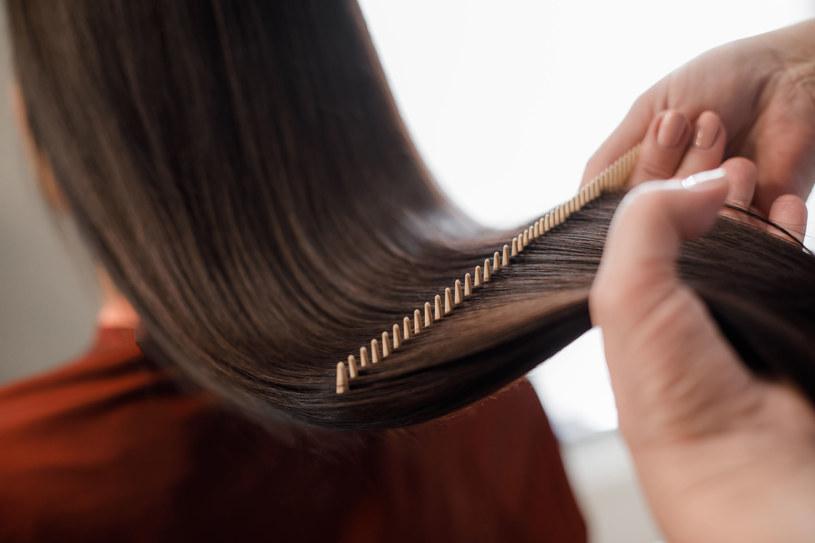 Suszarka, lokówka, prostownica niszczą włosy. Stosuj jak najrzadziej /123RF/PICSEL
