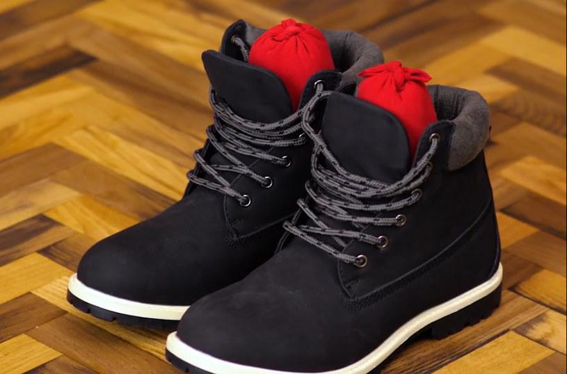 Suszenie przemoczonych butów przestanie być problemem. Wystarczą rajstopy i żwirek dla kota /5-minutowe Sztuczki /YouTube
