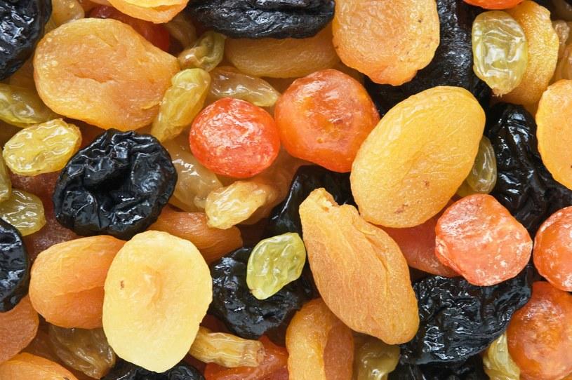 Suszenie sprzyja koncentracji smaku i zagęszczeniu wartości odżywczych – witamin, błonnika, składników mineralnych, przeciwutleniaczy, ale podnosi też znacznie (nawet do pięciu razy) kaloryczność. Na dodatek suszone owoce pozwalają zrzucić zbędne kilogramy /123RF/PICSEL