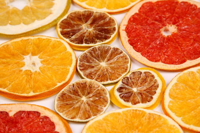 Suszone owoce możesz posypać cynamonem i goździkami – w domu będzie  unosił się świąteczny zapach /123RF/PICSEL