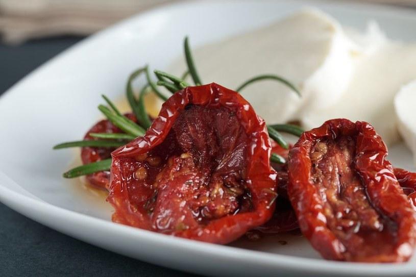 Suszone pomidory są też wyśmiente same - jako przekąska do wina /123RF/PICSEL