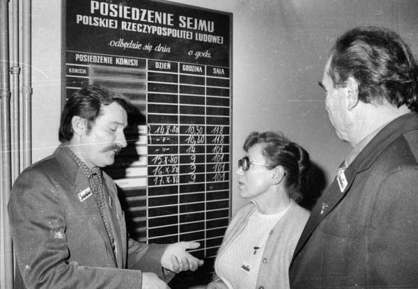 """Warszawa, październik 1980. Wizyta przedstawicieli NSZZ """"Solidarność"""" w Sejmie, n/z od lewej: Lech Wałęsa, Anna Walentynowicz, Henryk Mażul"""