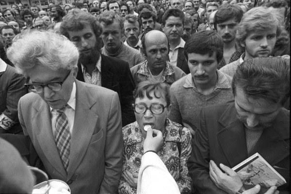 Strajk okupacyjny w Stoczni Gdańskiej im. Lenina, 1980, n/z uczestnicy strajku przyjmują komunię św., w środku Anna Walentynowicz, z prawej Lech Wałęsa