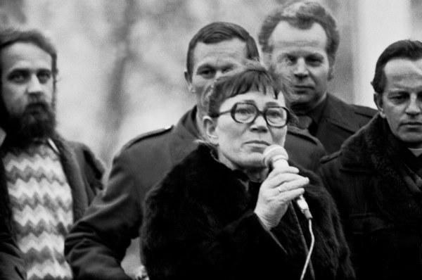 """Anna Walentynowicz podczas wiecu na stadionie """"BRONI"""", Radom, 1981"""