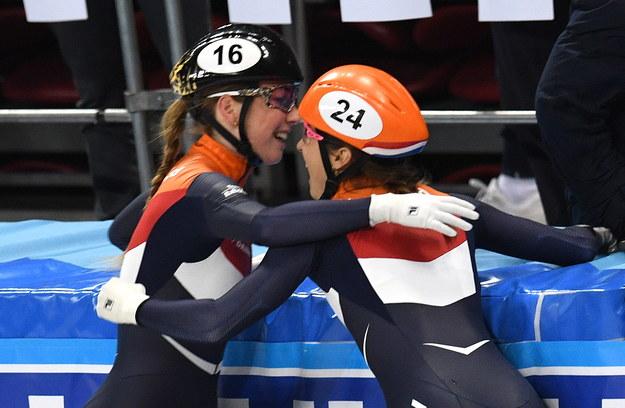 Suzanne Schulting oraz Lara van Ruijven cieszą się z medalu /VASSIL DONEV /PAP/EPA