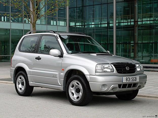 Suzuki Grand Vitara (1998- 2005) jest większa niż Pinin, ma ramę i prymitywny napęd 4x4. /Suzuki