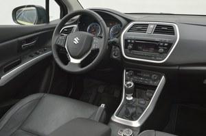 Suzuki SX-4 S-Cross 1.6 DDiS 4WD Elegance: ten kokpit może nie wygląda najnowocześniej, ale jego obsługa jest najłatwiejsza. /Motor