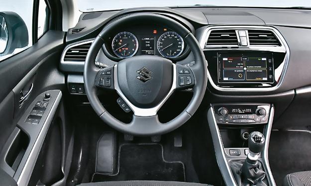 SUZUKI Wnętrze SX4 S-Cross robi zupełnie niezłe wrażenie, ale nie dorównuje swoim konkurentom ani starannością wykonania, ani jakością użytych tworzyw. /Motor