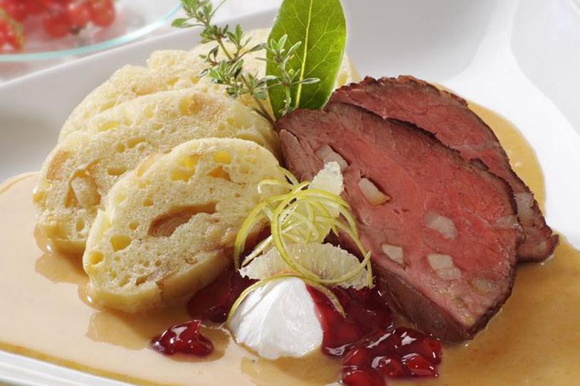 Svíčková na smetaně, czyli mięso w śmietanowym sosie z knedlikami - klasyczny obiad na niedzielę w Czechach /123RF/PICSEL