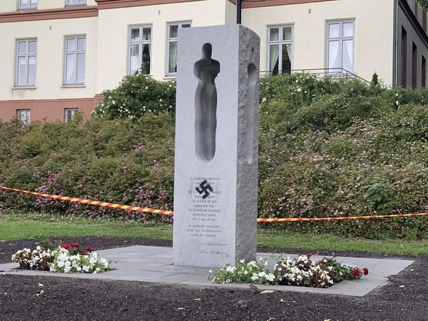 Swastyka pojawiła się na pomniku w parku w Tønsberg /Benedicte Hamnes /PAP/EPA
