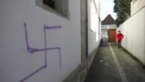 Swastyki namalowane na drzwiach i elewacji byłej synagogi we Francji