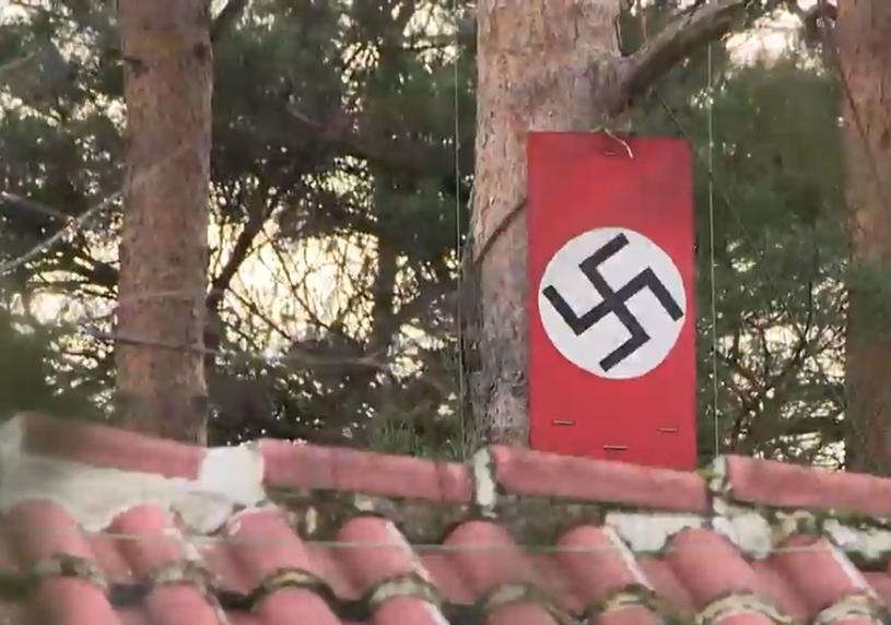"""Swastyki widoczne są z ulicy. Sprawą zainteresowała się organizacja antydyskryminacyjna """"Unia"""" /East News"""