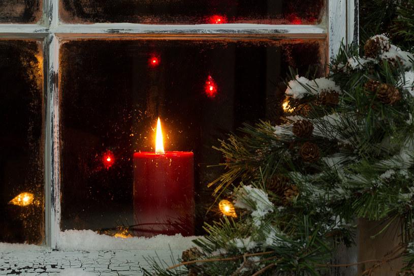 Świąteczna świeca nada pomieszczeniu wyjątkowego nastroju /123RF/PICSEL