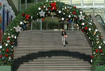 Świąteczne dekoracje w wielkich sklepach mają wprowadzić nas w świąteczny nastrój zakupów. /AFP