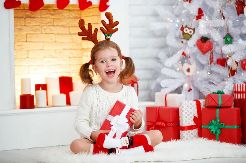 Świąteczne kapcie i skarpety idealnie nadają się na prezent dla dziecka /123RF/PICSEL